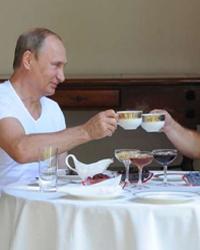 Путин снова с Медведевым. Смотрит, качается, ест