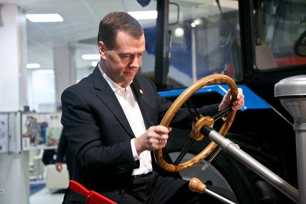 Дмитрий Медведев: Каждая семья в РФ имеет автомобиль!
